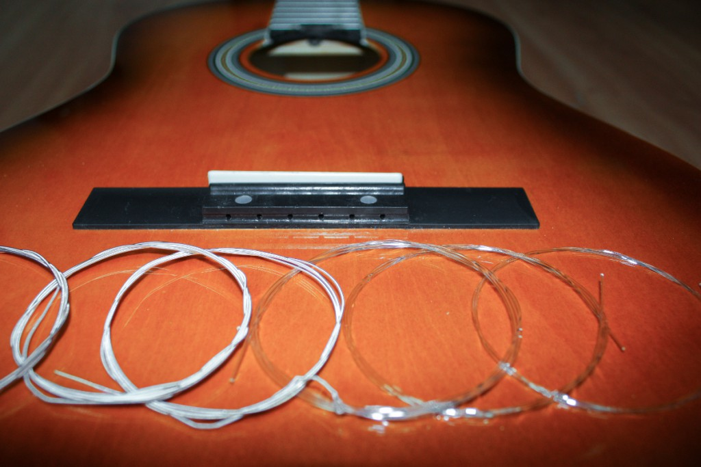 Как поменять нейлоновые струны